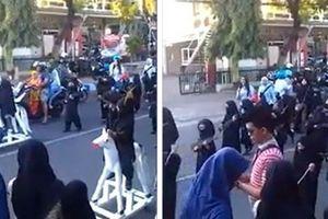 Trường mẫu giáo Indonesia xin lỗi vì cho trẻ mặc đồ diễu hành như IS