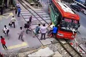 Kinh hoàng xe khách lao vào gác chắn khi tàu hỏa đang đến