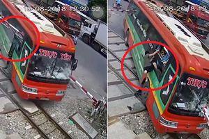 Clip: Barie xuyên thủng kính xe khách, hành khách nháo nhào phi thân qua cửa sổ