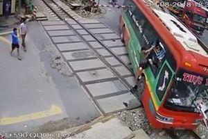 Hãi hùng xe khách lao vào gác chắn khi tàu hỏa đang đến, hàng chục hành khách thoát chết