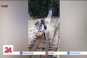 Thót tim cảnh vượt qua cầu treo giữa dòng nước lũ tại Lâm Đồng