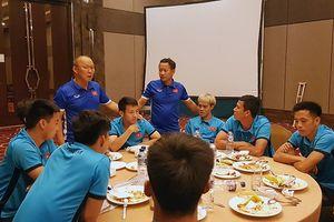 Xúc động bữa ăn Olympic Việt Nam tiễn Hùng Dũng về nước sớm