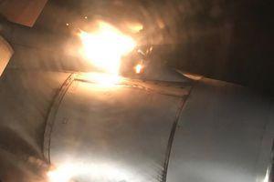 Máy bay Nga chở 200 người hạ cánh khẩn cấp vì tóe lửa trên không