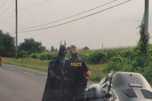 Cảnh sát Canada chặn xe Batman để xin chụp ảnh