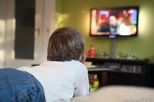 Vì sao phải cấm trẻ dưới 2 tuổi xem tivi?