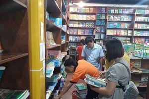 Khan hiếm sách giáo khoa: Phụ huynh nháo nhác tìm mua, nhà sách chờ nguồn cung