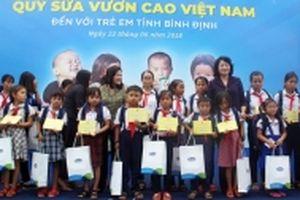 Trao quà học sinh, người nghèo Bình Định