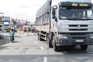 Người phụ nữ bán vé số chết thảm sau va chạm với xe tải