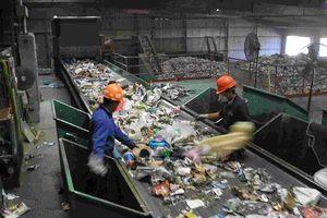 Đôi vợ chồng bới tung đống rác để tìm nhẫn cưới trị giá 700 triệu đồng