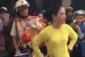 Mời người phụ nữ chửi bới, lăng mạ CSGT lên làm việc