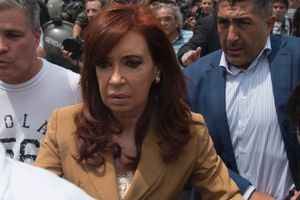 Cựu Tổng thống Argentina bị tố ăn hối lộ, chịu cho khám xét nhà