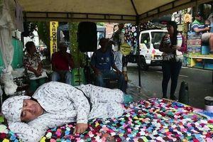 Người dân mang gối ra ngủ giữa đường đón ngày lười biếng
