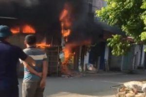 Clip ngôi nhà bốc cháy dữ dội khi gia chủ đi vắng