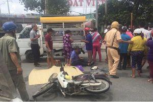 Cha ôm thi thể con trai gào khóc giữa đường sau vụ tai nạn