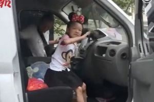 Bé gái rong ruổi cùng cha mẹ trên xe giao hàng từ năm lên 4