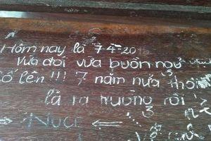 Những bức tâm thư được khắc trên bàn học khiến dân mạng bồi hồi