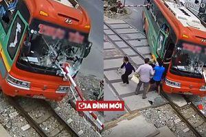 Thanh chắn đường tàu đâm xuyên xe, hành khách bỏ chạy tán loạn