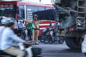 CSGT Hà Nội vất vả xử lý xe khách vi phạm tại cửa ngõ phía Nam