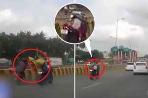 Clip: Bố mẹ văng xuống đất sau tai nạn, con nhỏ vẫn ngồi trên xe máy phóng vun vút