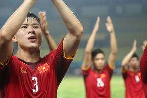 Các cầu thủ Olympic Việt Nam ăn mừng chiến thắng cùng người hâm mộ
