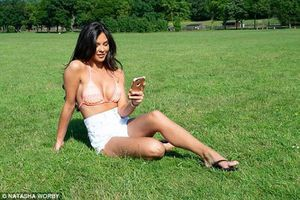 Ngắm Hoa hậu Anh không ngại lộ các vòng ngay công viên