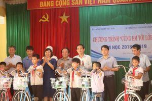 Trao xe đạp cho học sinh nghèo vượt khó tỉnh Tuyên Quang