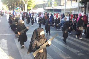 Bị chỉ trích vì cho học sinh ăn mặc kiểu IS
