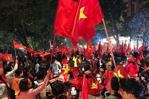 Bóng đá Việt Nam viết thêm trang sử mới, CĐV 'hò hét' gọi tên Công Phượng, mặc áo cờ đỏ sao vàng xuống đường đi bão