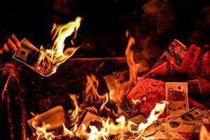 Rùng mình cảnh đốt vàng mã cúng rằm tháng Bảy giữa hành lang chung cư