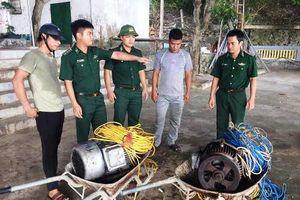Hà Tĩnh: Bắt giữ 2 tàu giã cào đang tận diệt hải sản trên biển