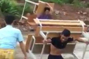 Clip: Thầy giáo Lai Châu gò lưng cõng bàn ghế qua con suối chảy xiết