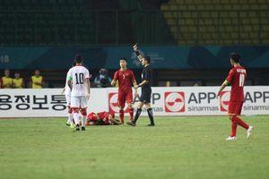 Pha bóng thô bạo của cầu thủ Bahrain khiến Văn Thanh tập tễnh rời sân