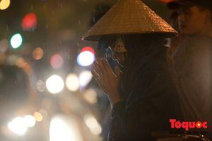 Người dân chen chân đội mưa về chùa Phúc Khánh dự lễ Vu Lan 2018