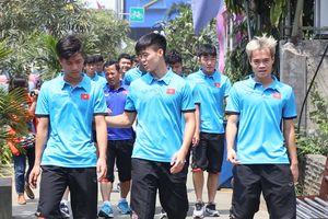 Olympic Việt Nam đi bộ thả lỏng trên đường phố Indonesia