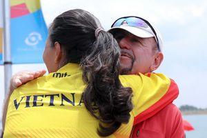 Tuyển rowing Việt Nam ôm chầm chuyên gia Australia sau tấm HCB