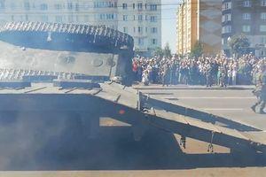 Chiến tăng tốt nhất thế kỷ 20 Nga phơi bụng giữa đường