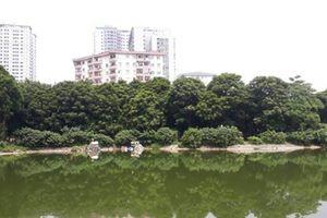 Chơi công viên Linh Đàm, bé trai bị rắn cắn vào chân