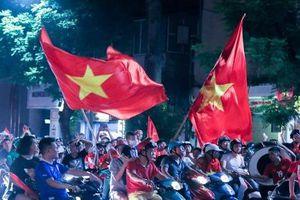 Người hâm mộ 'thắp sáng' Hồ Gươm mừng Olympic Việt Nam vào tứ kết Asiad 2018