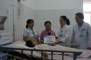 Bệnh viện bàn giao gần 2,5 tỉ đồng cho nạn nhân vụ tai nạn xe rước dâu