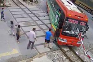 Xử phạt 15 triệu đồng đối với lái xe khách lao vào chắn tàu hỏa