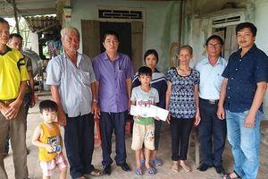 Nhiều phần quà ý nghĩa đến với cậu bé mồ côi ở Hà Tĩnh trước ngày tựu trường