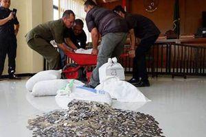 Người chồng Indonesia mang 890 kg tiền xu trả nợ cho vợ cũ