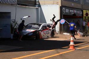Tai nạn kinh hoàng trên đường đua Stock Light, xe mất lái hất người lên không trung