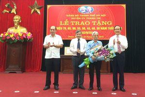 Trao Huy hiệu Đảng đợt 2-9 cho các đảng viên lão thành