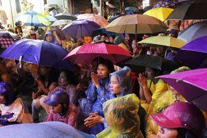 Người dân Hà Nội đội mưa tham gia đại lễ Vu Lan tại chùa Phúc Khánh