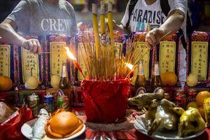 Hương nhang và giấy đốt nghi ngút trong lễ cúng cô hồn tại Hong Kong
