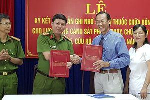 Lực lượng cảnh sát PCCC Đà Nẵng nhận gói tài trợ xử lý bỏng và thương tích