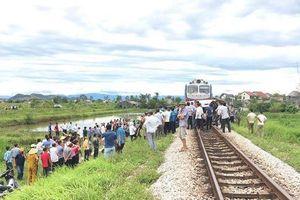 Xe 7 chỗ đâm vào tàu hỏa, 4 người về quê ăn rằm thương vong
