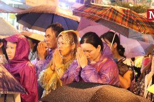 Chùm ảnh: Mặc trời mưa, biển người vẫn đổ về chùa Phúc Khánh dự lễ Vu Lan