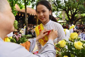Người Hà Nội cài bông hồng lên ngực áo trong lễ Vu Lan ở chùa